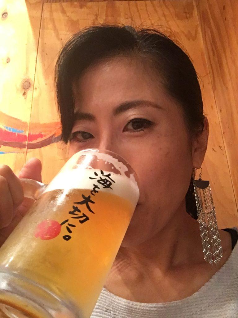 ビールを飲む絢美